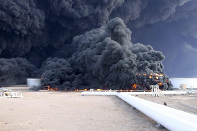 L'incendie a débuté jeudi lorsqu'une roquette tirée par... (PHOTO REUTERS)