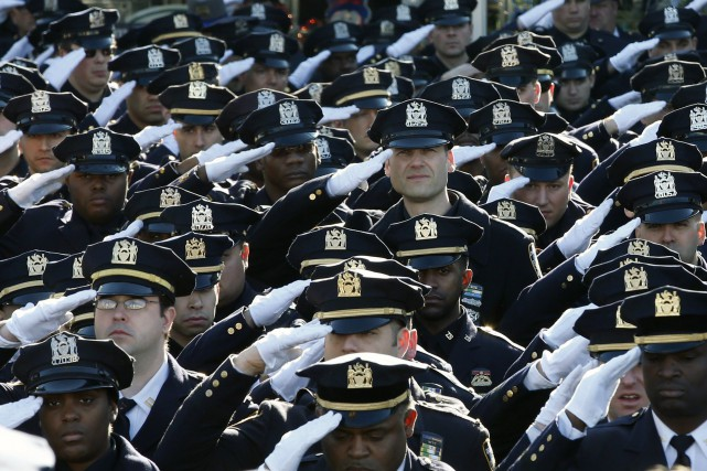 Les policiers présents saluent pour une dernière fois... (Photo Mike Segar, Reuters)