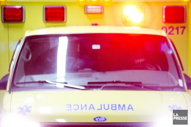 Un piéton a été happé dimanche matin par un camion de la Ville de Montréal, à... (Archives La Presse)