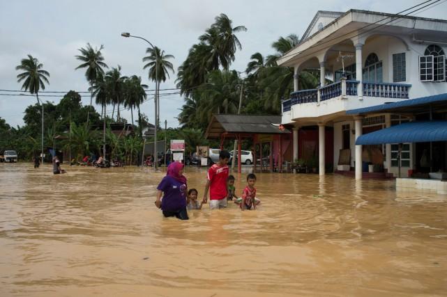 Huit personnes ont péri dans les inondations, selon... (PHOTO MOHD RASFAN, AFP)