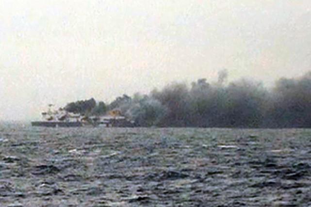 L'incendie s'était déclaré sur le pont-garage principal du... (Image tirée de SKAI TV)