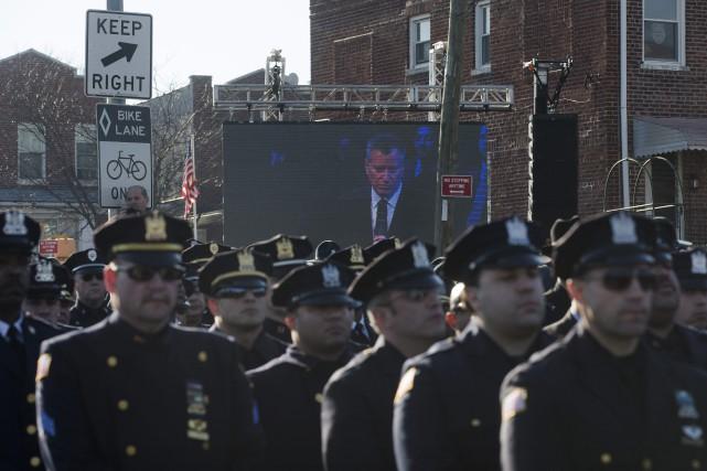 Des centaines de policiers ont tourné le dos... (Photo John Minchillo, AP)