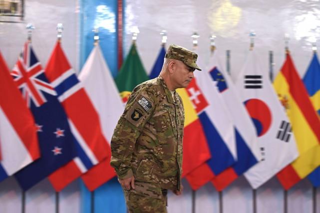 Le général américain John Campbell, commandant de la... (Photo AFP, Shah Marai)