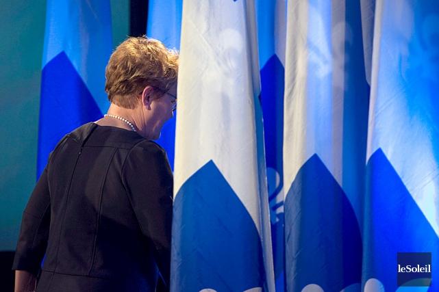 Pauline Marois quittant la scène après sa défaite,... (Photohèque le Soleil)