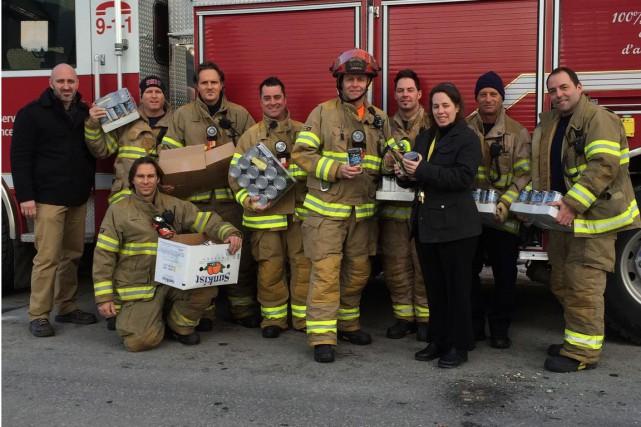 Les pompiers gatinois de la caserne 4, secteur Hull ont remis plus de 500 repas... (Courtoisie)