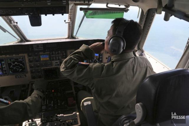 Six corps gonflés et des débris aperçus, flottant sur les eaux indonésiennes,... (Photo Tatan Syuflana, AP)