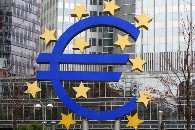La devise européenne baissait en revanche face à... (PHOTO DANIEL ROLAND, AFP)