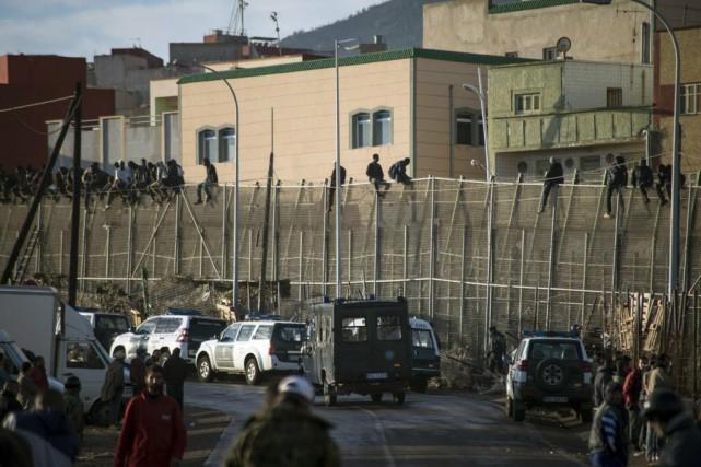Les autorités estiment que 30 000 Marocains, commerçants... (Photo Jesus Blasco de Avellaneda, Reuters)