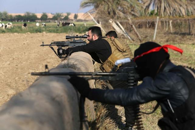 Des combattants pro-irakiens ont appuyé les forces irakiennes... (PHOTO MOHAMMED SAWAF, AFP)