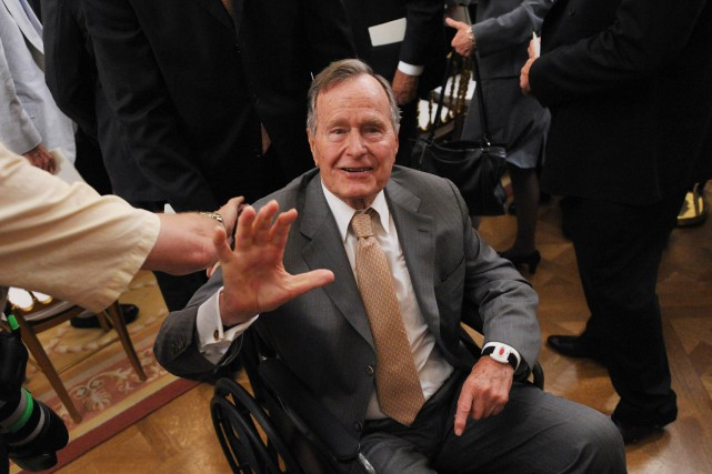 George H. W. Bush en mai 2012... (Photo archives AFP)