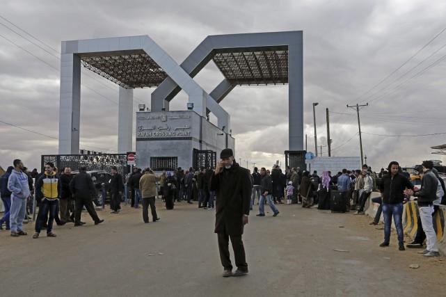 Des Palestiniens entendent avant de traverser de frontière... (Photo Adel Hana, archives AP)