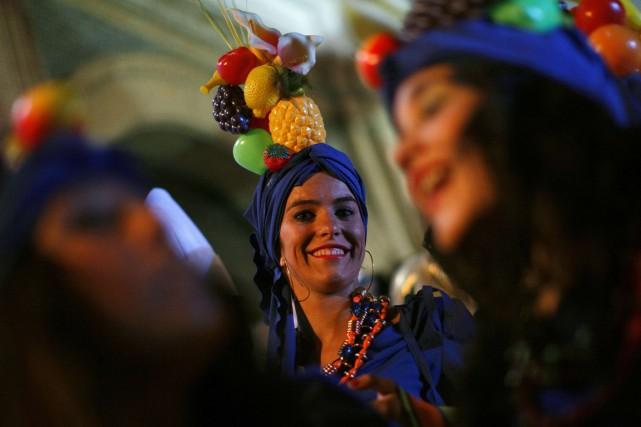Des milliers de personnes se sont rassemblées mardi soir sur la Puerta del Sol,... (Photo archives Reuters)