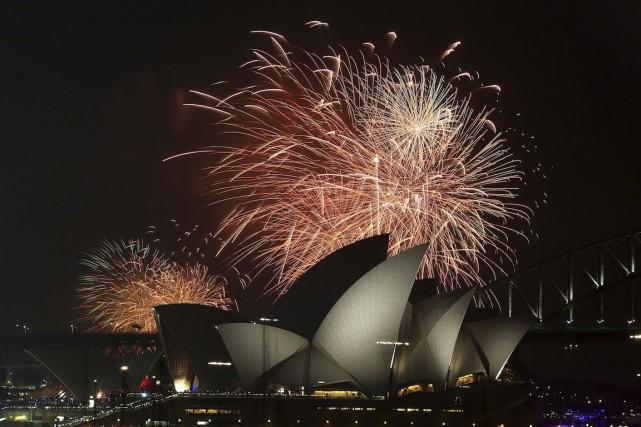À Sydney, les premières salves de gerbes multicolores... (Photo Rob Griffith, AP)