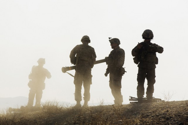Une roquette tirée lors d'un affrontement entre insurgés talibans et soldats... (Photo Reuters)