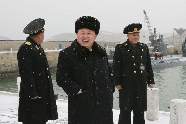 Le leader nord-coréen Kim Jong-un (au centre).... (Photo archives Reuters)