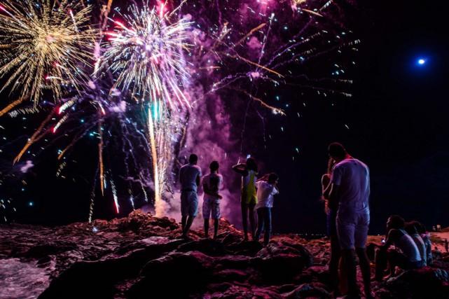 Des feux d'artifices à la plage de Barra,... (PHOTO YASUYOSHI CHIBA, AFP)