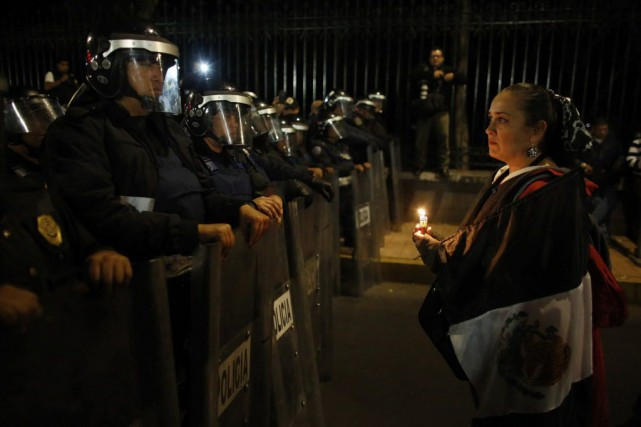 Quelque 150 personnes, parents ou camarades des disparus,... (Photo Tomas Bravo, Reuters)