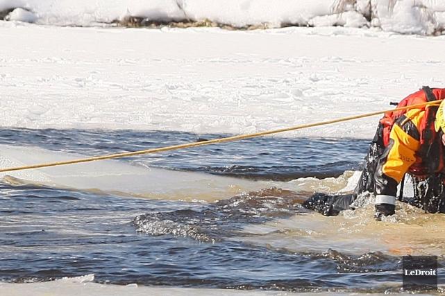 Quatre personnes qui s'étaient avancées sur la rivière des Outaouais à bord... (Archives LeDroit)