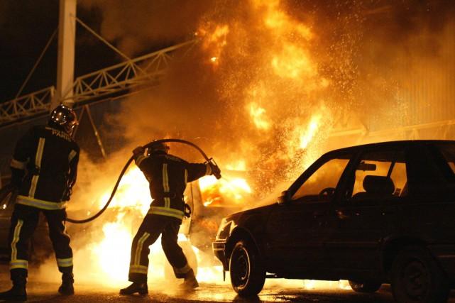 Près de 950 automobiles ont été incendiées en France dans la nuit du 31... (Photo MICHEL SPINGLER, Archives AP)