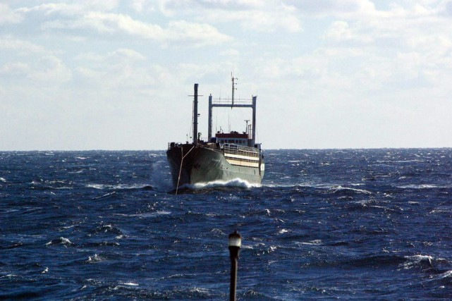 L'Ezadeen, immatriculé au Sierra Leone, transportait 450 immigrants... (Agence France-Presse)