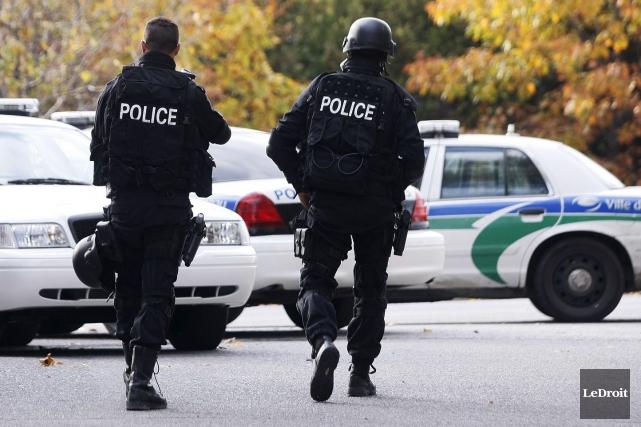 Quatre hommes, dont l'individu blessé par balle lors... (Étienne Ranger, Archives LeDroit)