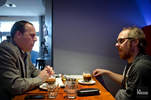 Notre journaliste Luc Boulanger (à gauche) et l'auteur... (PHOTO MARCO CAMPANOZZI, LA PRESSE)