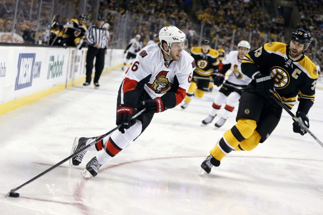Bobby Ryan (6) manoeuvre devant Zdeno Chara.... (PHOTO MICHAEL DWYER, AP)
