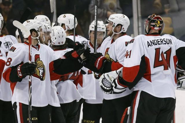 Bobby Ryan (2e à droite) est félicité par... (PHOTO MICHAEL DWYER, AP)