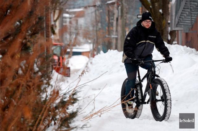 Un employé de Demers bicyclettes et skis de... (Photo Le Soleil, Erick Labbé)