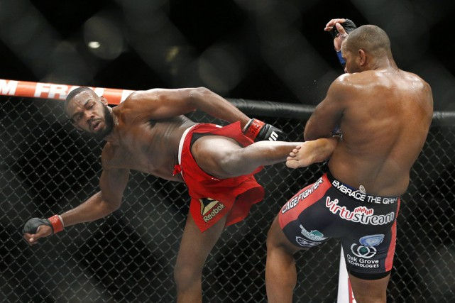 Jon Jones (à gauche) assène un coup de... (PHOTO JOHN LOCKER, AP)