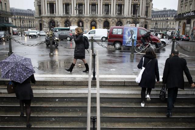 Finie la vie en rose. Les Parisiens s'habillent beaucoup en sombre et dans les... (PHOTO ELIOT BLONDET, AFP)