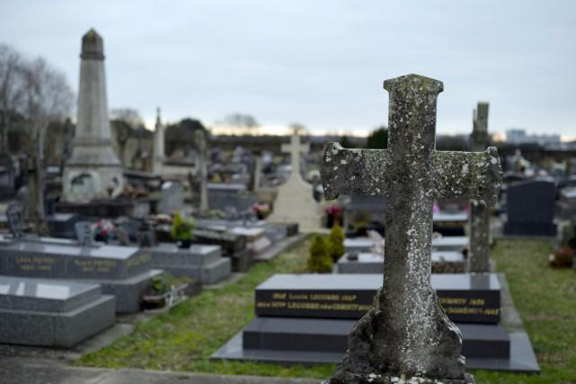 Champlan a refusé d'ouvrir son cimetière à la... (PHOTO KENZO TRIBOUILLARD, AFP)