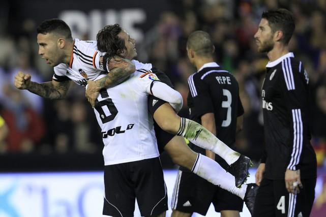 Nicolas Otamendi a sauté dans les bras de... (PHOTO ALBERTO SAIZ)