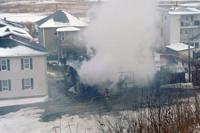 Un incendie a complètement détruit un garage résidentiel,... ((Photo Michel Tremblay))