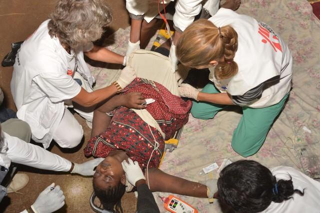 Une dame blessée après l'effondrement.... (Photo TONY KARUMBA, AFP)