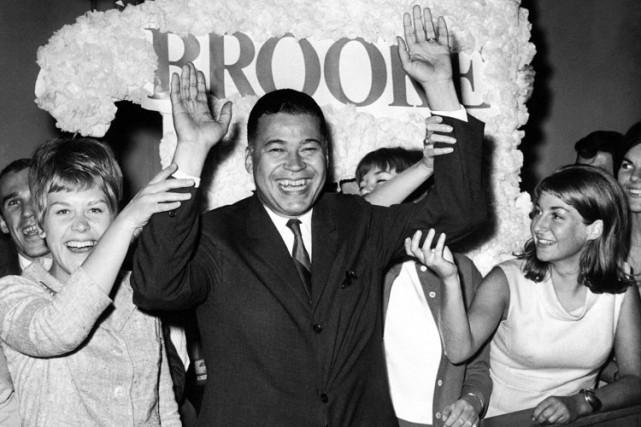 Edward Brooke célébrant son élection au Sénaten 1966.... (Archives AP)