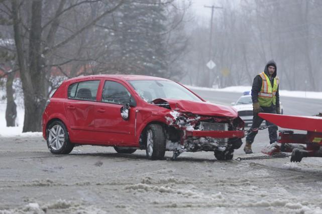 Une voiture ayant à son bord deux adultes... (photo Catherine Trudeau)