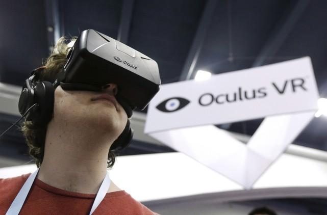 Les casques de réalité virtuelle occuperont aussi une... (PHOTO JEFF CHIU, ARCHIVES LA PRESSE CANADIENNE)