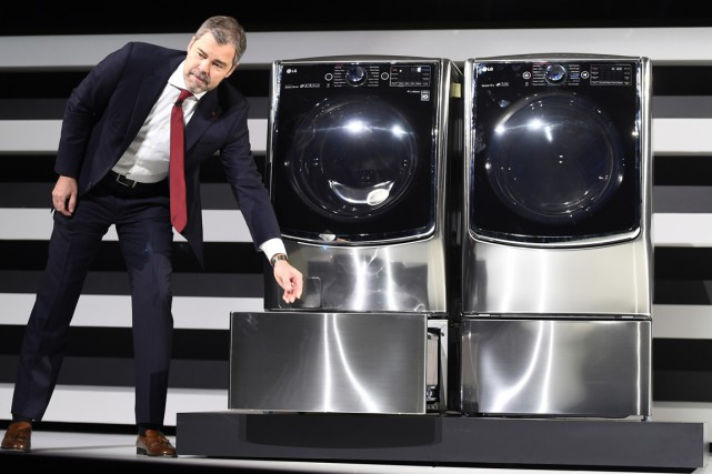 David VanderWall de LG Electronic's a présenté le Twin Wash... (PHOTO ROBYN BECK, AFP)
