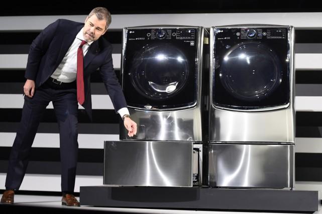 David VanderWall deLGElectronic's a présenté le Twin Wash... (PHOTO ROBYN BECK, AFP)