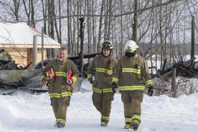 Un incendie a complètement détruit le garage attenant à une résidence du rang... (Photo: Stéphane Lessard)