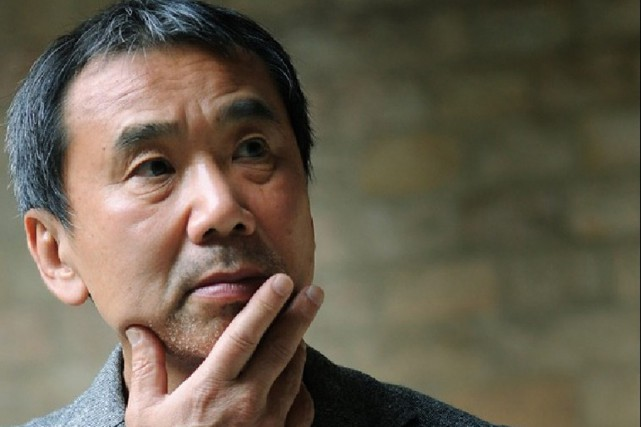 Le romancier japonais Haruki Murakami jouit de la... (PHOTO ARCHIVES AFP)