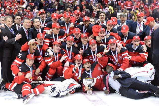 Les joueurs canadiens célèbrent leur victoire en finale... (Frank Gunn, La Presse Canadienne)