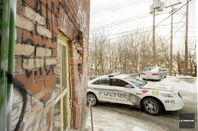Un immeuble à logements du centre-ville de Sherbrooke a été lourdement... (Imacom, Frédéric Côté)