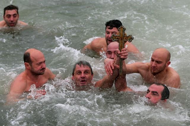 Quinze nageurs ont plongé dans une eau à... (Photo Emrah Gurel, AP)