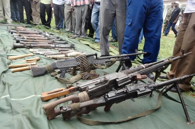 Des soldats burundais présentent aux médias des armes... (PHOTO ESDRAS NDIKUMANA, AFP)