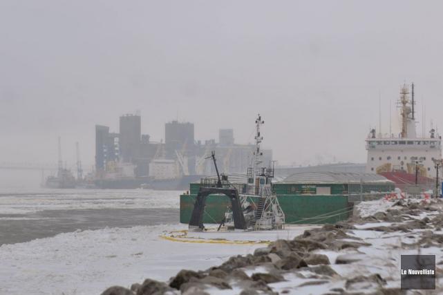 Le bateau échoué au port de Trois-Rivières.... (Photo: Émilie O'Connor, Le Nouvelliste)