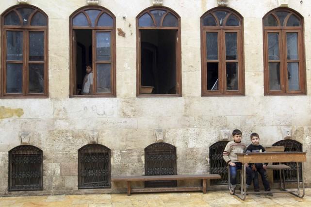 De jeunes garçons sont vus à l'intérieur d'une... (PHOTO JALAL AL-MAMO, ARCHIVES REUTERS)