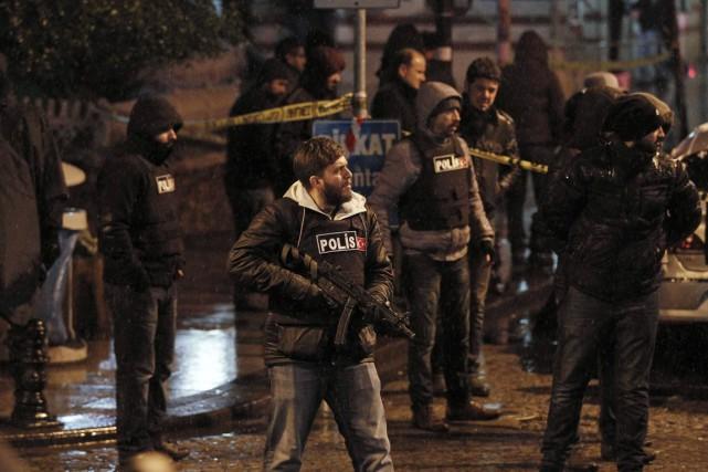Des policiers montent la garde devant le commissariat... (PHOTO OSMAN ORSAL, REUTERS)
