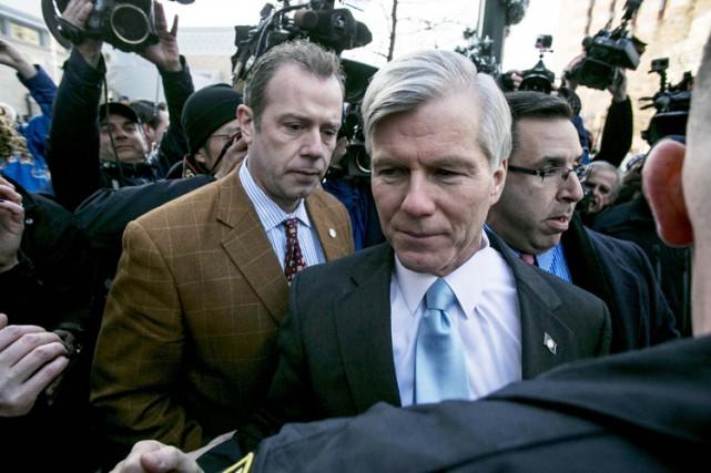Bob McDonnellentouré par des membres des médias après... (Photo: Reuters)